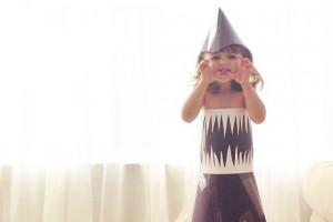 Küçük kızın kağıt elbiseleri