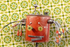 Geri dönüştürülmüş malzemelerden yapılan sevimli robot heykelleri