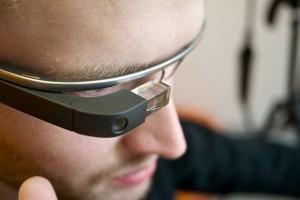 İş Bankası'nın yeni uygulaması ile akıllı gözlüklerle para çekmek mümkün