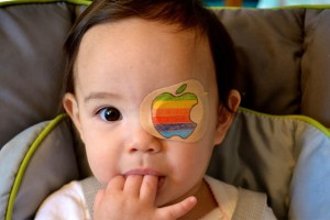 Düşünceli baba, küçük kızı için göz bantları tasarladı