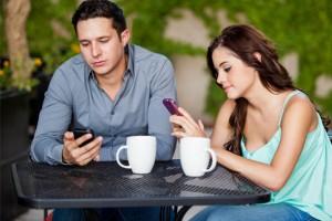 İlk buluşmada telefonla fazla ilgilenmek puan kaybettiriyor