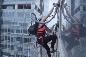 LG vakumlu süpürgeyle gökdelenin tepesine tırmanış