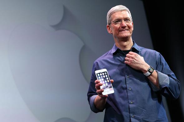 """Tim Cook: """" iPhone gerçekten pahalı"""""""