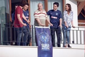 Balkona bayrak asan dayı reklam yıldızı oldu