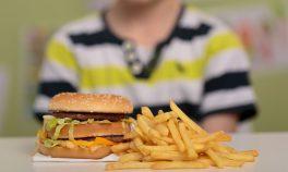 Araba kullanmayı Youtube'dan öğrenen küçük çocuk çizburger için yollara düştü