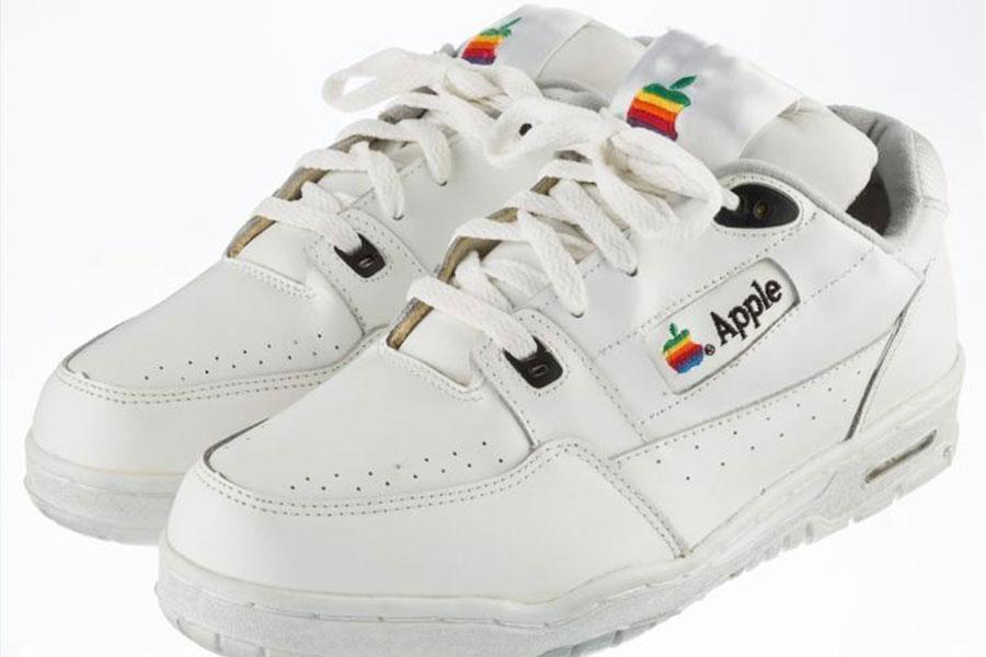 Apple logolu sneaker 15 bin dolara açık artırmada