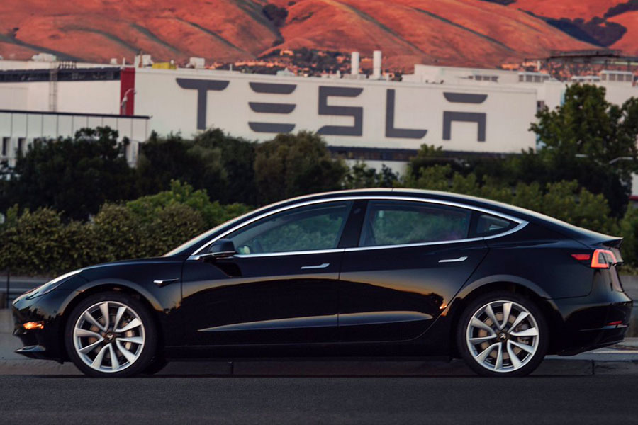 Elon Musk, sonunda Model 3'ün ilk görsellerini paylaştı