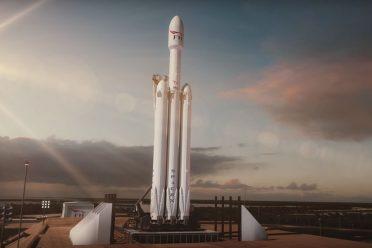 Elon Musk, Mars'a göndereceği Tesla'nın fotoğrafını paylaştı