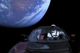 Elon Musk'ın roketi spor arabalı test uçuşunda başarıyla kalktı