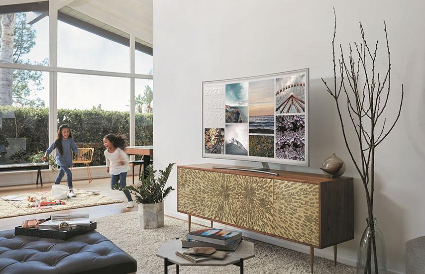 Samsung'un Ambiyans Modu, televizyon kapalıyken görmeye alıştığımız siyah ekranı ortadan kaldırıyor. 2018 model yeni QLED TV'lerin tamamında standart olarak bulunan Ambiyans Modu sayesinde TV'nin monte edildiği duvarın deseni ekrana yansıtılarak şeffaf bir görünüm sağlanıyor. Dileyen kullanıcılar TV kapalıyken hava durumu gibi bazı bilgilerin ekranda görüntülenmesini seçebiliyor.
