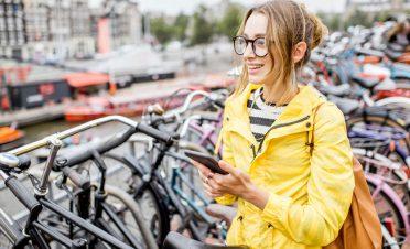 Hollanda'da bisikletliyken akıllı telefon kullanımına ceza geliyor