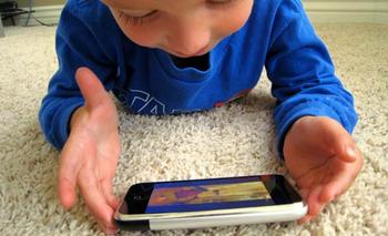 child-using-iphone-58997833092_xlarge